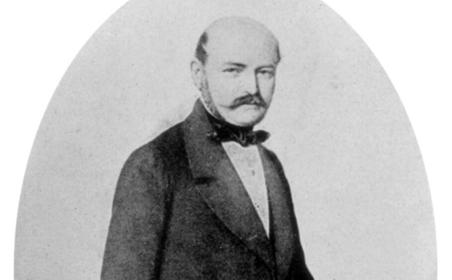 HYLLES: Den ungarske legen Ignaz Philip Semmelweis (1818-1865) ble latterliggjort og motarbeidet i sin samtid for sine teorier og funn knyttet til håndvask. I forbindelse med coronapandemien blir han nå fremhevet som en helt for sitt arbeid for håndhygiene. Foto: NTB/ Scanpix /Universal History Archive