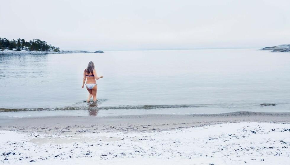På stranda ligger puddersnø. Liinas mål er minst hundre svømmetak. Foto: Susanne Lindholm