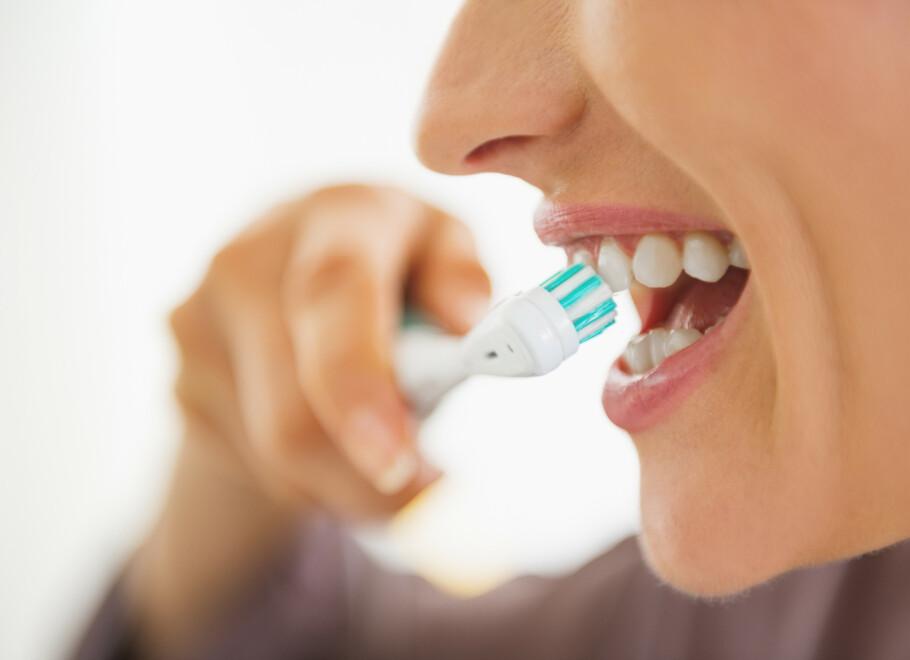 VIKTIG TANNPUSS: Å pusse tennene er enkel forebygging mot hull og tannkjøttsykdom, men mange av oss har feil teknikk når vi pusser tennene. Foto: Shutterstock/NTB Scanpix