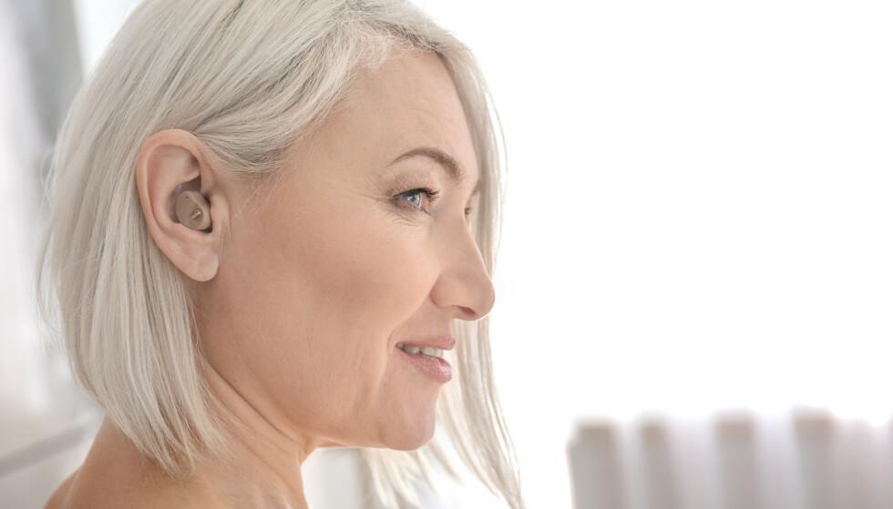HØRSEL HAR BETYDNING: Mange bruker lang tid før de tar i bruk høreapparat. Hører du dårlig er det verdt å vite at et høreapparat ikke bare hjelper for hørselen, men også har betydning for hjernen. Foto: Shutterstock/NTB Scanpix