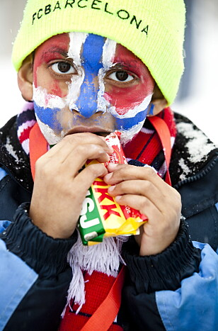 <strong>TURSJOKOLADEN:</strong> En ung supporter spiser Kvikk Lunsj under Ski-VM i Holmenkollen i 2011. Foto: Sara Johannessen/NTB Scanpix