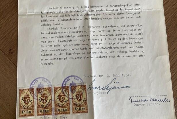 Forsørgelsesplikt etter fattiglovgivningen, begrepet «virkelige foreldre» og frimerker som viser stempelavgift. Her er dokumentet som fikk Anne Gina til å gå i bakken. Foto: Privat