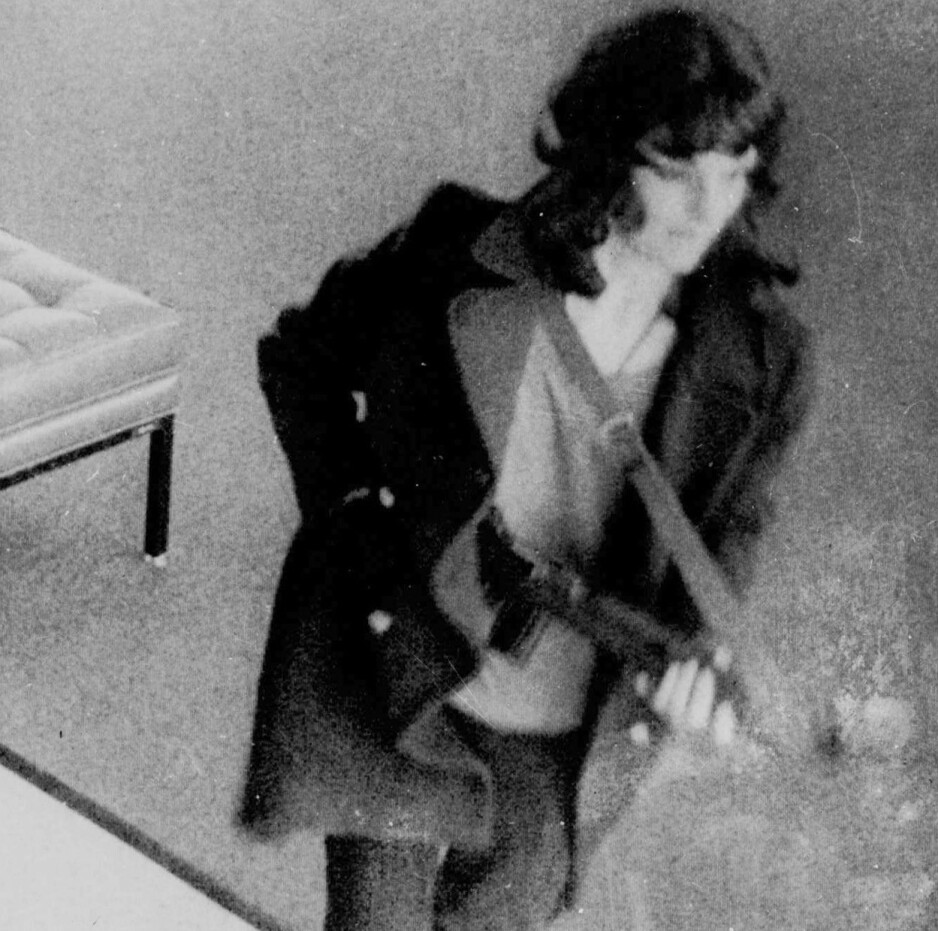 Verden holdt pusten da dette bildet dukket opp. For var det ikke den kidnappede milliardærarvingen Patty Hearst, i ferd med å rane en bank sammen med sine kidnappere? Foto: AP Photo/FBI/NTB Scanpix