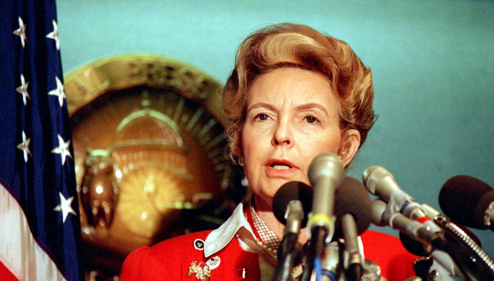 <strong>KONSERVATIV:</strong> Phyllis Schlafly snakker under en pressekonferanse i Washington DC i 1987. Foto: AP/NTB Scanpix
