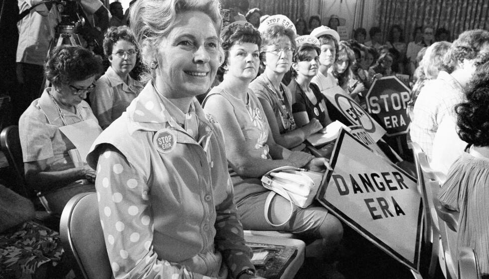 <strong>ANTI-FEMINIST:</strong> Phyllis Schlafly fotografert under protester mot grunnlovstillegget Equal Rights Amendment i august 1976. Hun mente grunnlovstillegget som skulle sørge for likestilling var en trussel mot den amerikanske familien. Foto: AP/NTB Scanpix