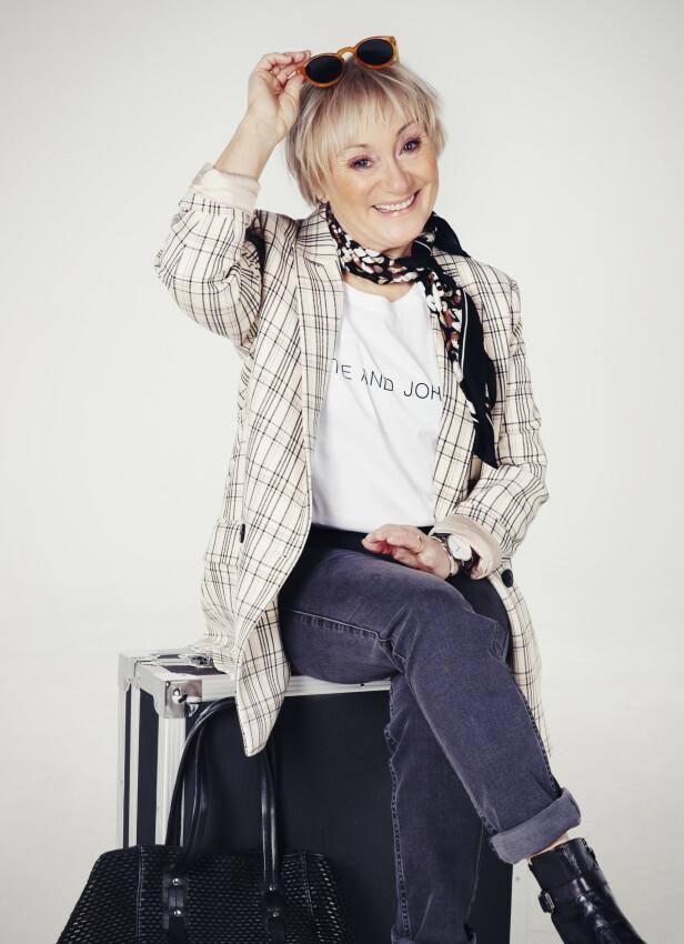 LITT MER LEKEN: Dressjakke (kr 2100, In Wear), t-skjorte (kr 450, Day), jeans (kr 1300, Day), skjerf (kr 149, Lindex), støvler (kr 2498, Lille Vinkel Sko), veske (kr 2199, Day). FOTO: Yvonne Wilhelmsen