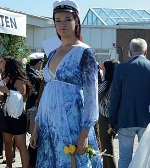 Mormor tenkte først det var synd å ikke få se barnebarnet i den fine dressen siste skoledag. I stedet strålte hun i ny kjole. Foto: Privat
