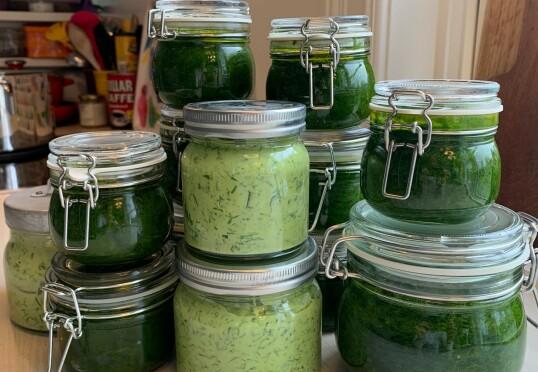 Snart skal jeg også bli en sånn som kan fylle skapet med grønne, sjølplukka herligheter! I mellomtiden må jeg nøye meg med foto: Trude Lorentzen