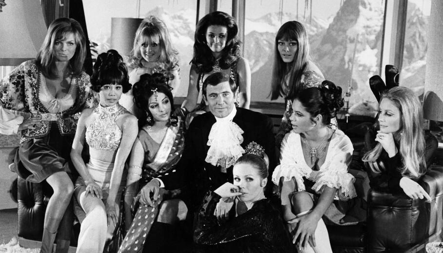 DØDSENGEL: Julie Ege (til venstre) fotografert sammen med medskuespillerne i Bond-filmen On Her Majesty's Secret Service i 1969. Foto: REX NTB Scanpix