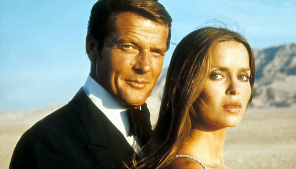 KRITISK: Barbara Bach i The Spy Who Loved Me fotografert sammen med Roger Moore som spilte James Bond. Foto: Moveistore REX NTB Scanpix