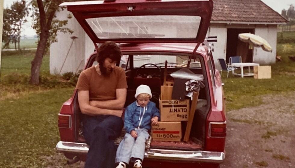 Marie Olaussen sammen med pappa i den første bilen hun husker, en rød Ford 12M, som hadde navnet «12Martin», i 1979. Foto: Privat