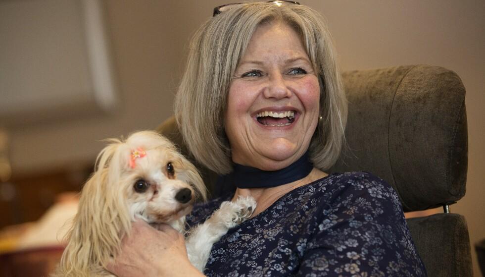 BESØKSHUND: Hunden Petrine er sertifisert Røde Kors-besøkshund, og sammen liver de opp hverdagen til eldre mennesker med demens. Foto: Sverre Chr Jarild