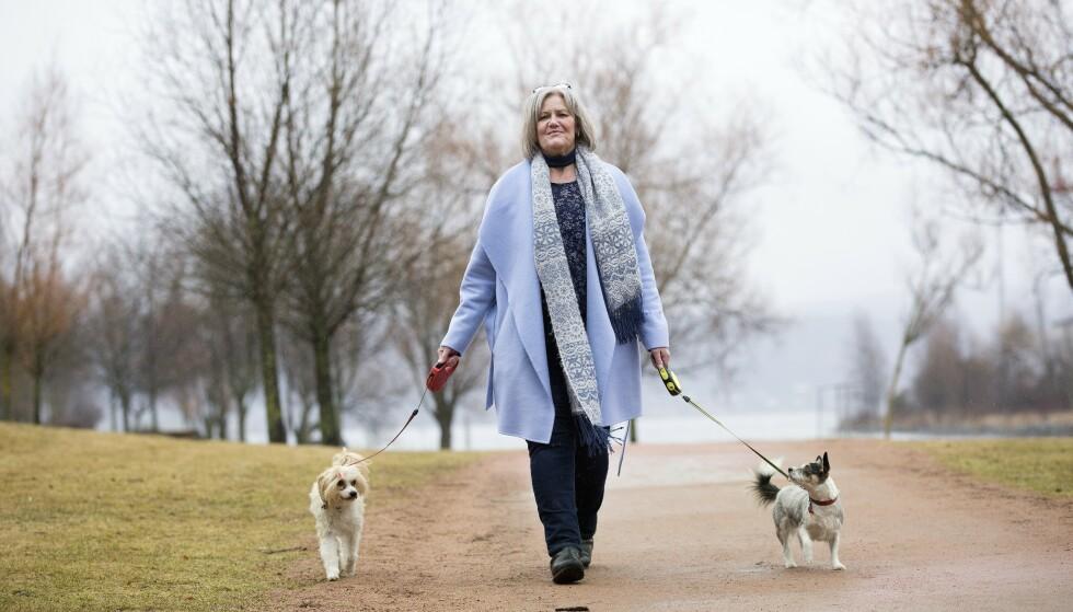 UT PÅ TUR: Kristin mener bestemt at hundene er en viktig årsak til at hun kom seg opp fra rullestolen og ut i livet. Foto: Sverre Chr Jarild