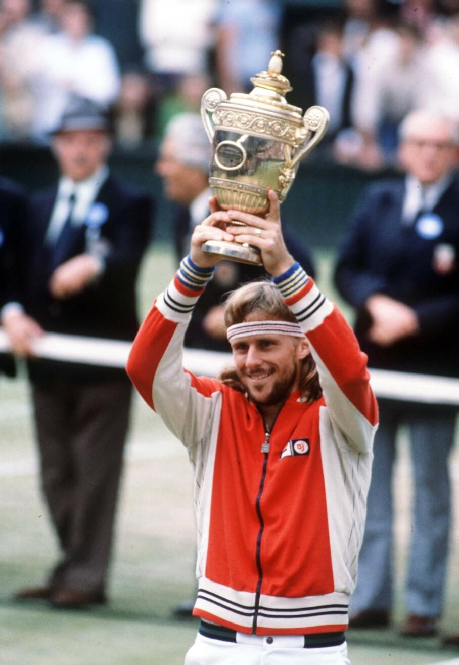 SUPERSTJERNE: Bjørn Borg løfter trofeet etter seieren mot John McEnroe i Wimbledon-finalen i 1980. Foto: Colorsport REX NTB Scanpix