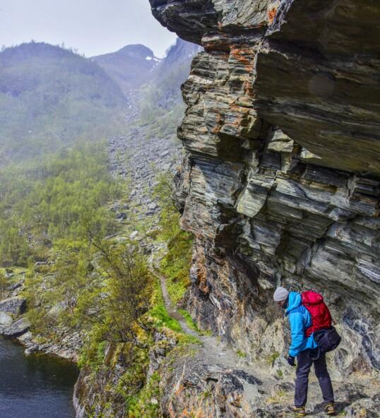 Stien er først som hogd ut av fjellet. Foto: Torild Moland