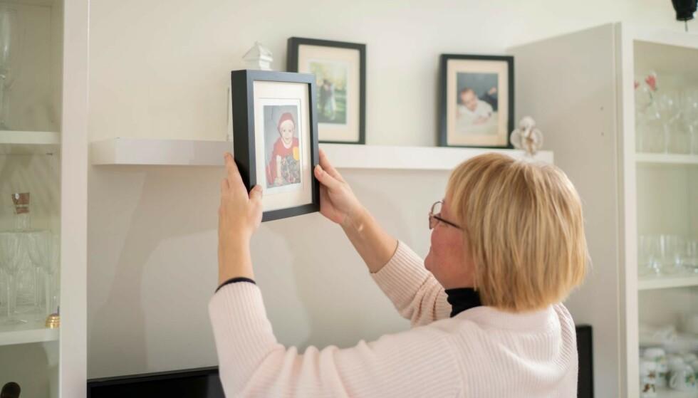 Når savnet blir for stort, trøster Jessica seg med barndomsbilder av eldstesønnen. Yngstemann bor fortsatt hjemme. Foto: Jennifer Glans