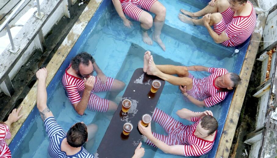 Er dette landets morsomste badestamp? Den gamle sjarken er fylt med vann - og barbord. Foto: Runar Larsen