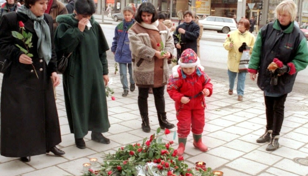 TI ÅR ETTER: Ti år etter drapet på Olof Palme legger folk i Stockholm ned roser på stedet i Sveavägen der Olof Palme ble skutt. Foto: NTB Scanpix
