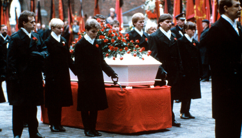 NASJONALT TRAUME: Drapet på Olof Palme rystet Sverige. Båren var full av røde roser da han ble begravet i 1986. Foto: REX/NTB Scanpix