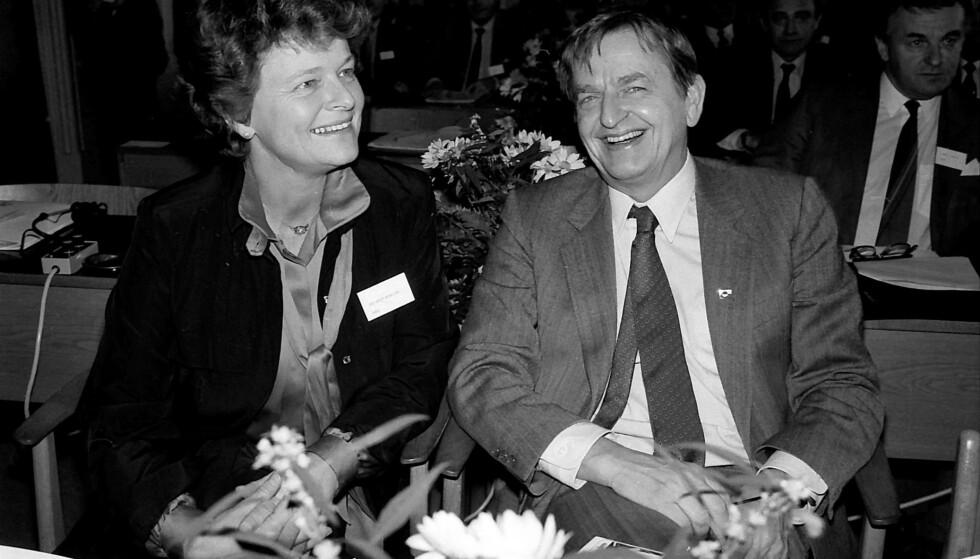 STATSMINISTRE: Norges statsminister Gro Harlem Brundtland sammen med svenskenes statsminister Olof Palme fire uker før han døde. Foto: REX/NTB Scanpix