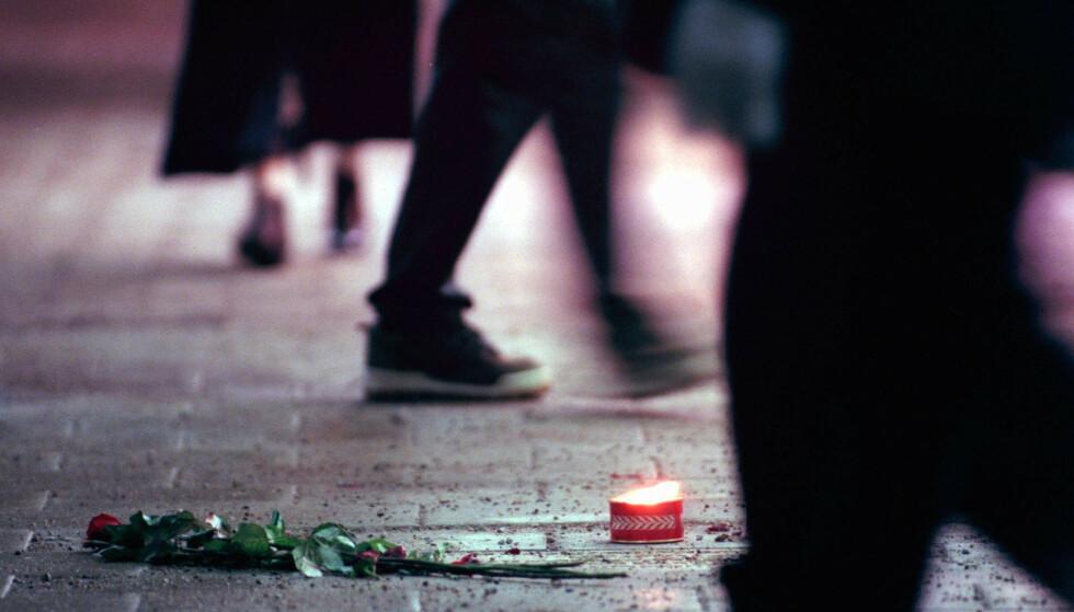HEDRET: En fakkel brenner for Olof Palme i Stockholm på dagen for hans død i 1999, 13 år etter at han ble drept. Foto: Frida Hedberg/NTB SCANPIX