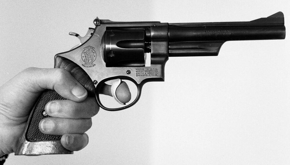 DRAPSVÅPEN: En revolver av denne typen ble brukt til å drepe Olof Palme. Tusenvis av svensker har lisens til eie slike våpen. Foto: Lasse Hedberg, Pressens Bild/NTB Scanpix
