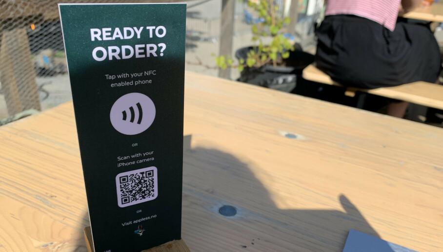 Ser du et skilt som dette på kafé, kan du bestille og forhåndsbetale ved bordet og unngå trengsel ved disken. Du trenger smarttelefon og betalingsappen Vipps. Foto: Karin Madshus