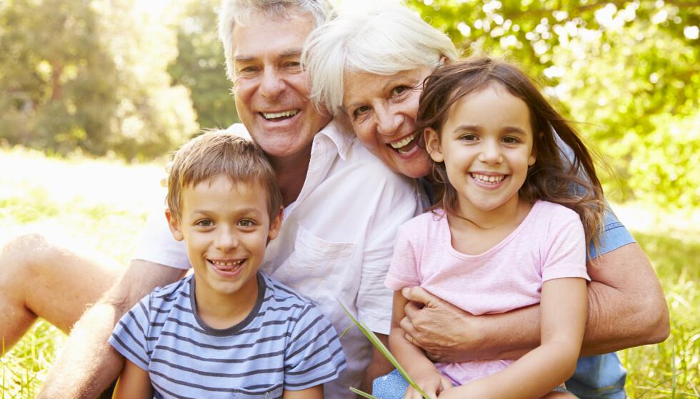 Noen som har savnet dette? Nå kan selv besteforeldre i risikogruppa klemme barnebarna igjen, men noen bør ta en prat med legen først. Illustrasjonsfoto: Shutterstock/NTB Scanpix