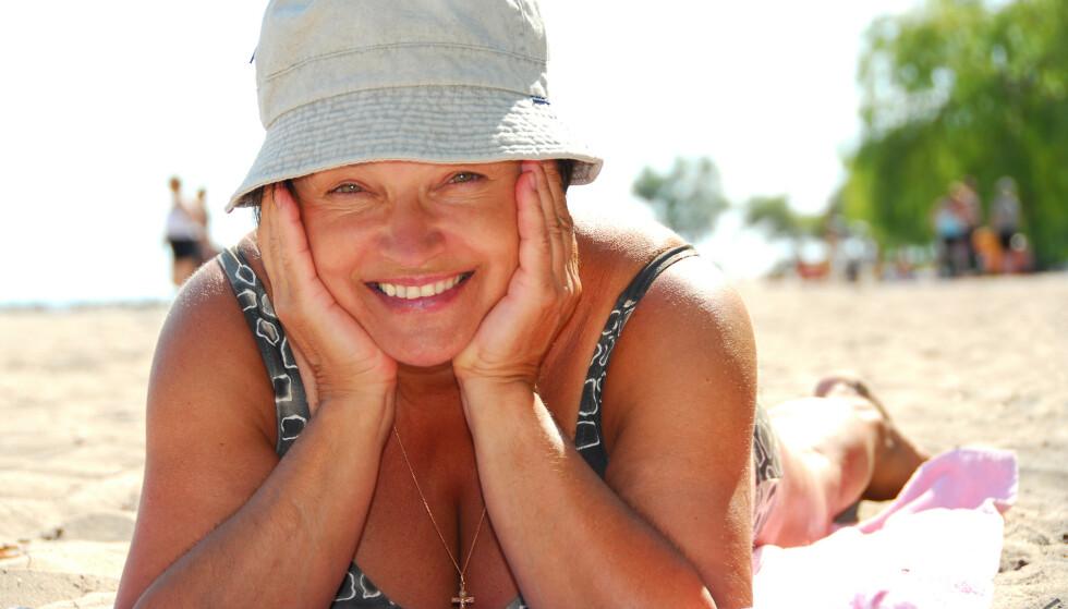 SOL OG VARME: Vi trenger sol og D-vitamin, men eldre hud er mer sensitiv og mindre motstandsdyktig enn ung hud. Eldre må derfor være enda mer forsiktige i sola enn andre. Foto: Shutterstock NTB Scanpix