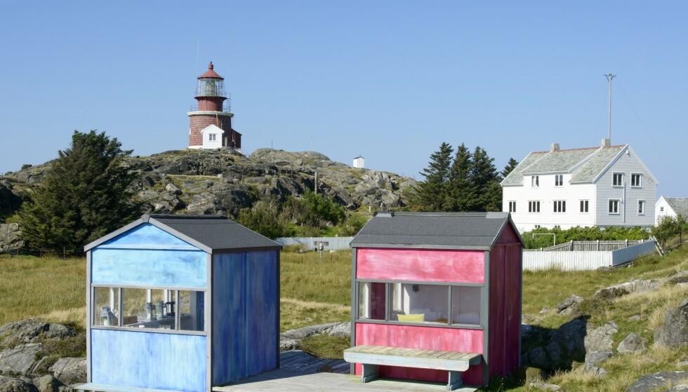 Ved Utsira fyr kan du oppleve de fargerike kunsthyttene til Solveig Egeland, Nyperosa og Havsula. Fra de små hyttene er det storslagen utsikt over Nordsjøen. Foto: Trond J. Hansen
