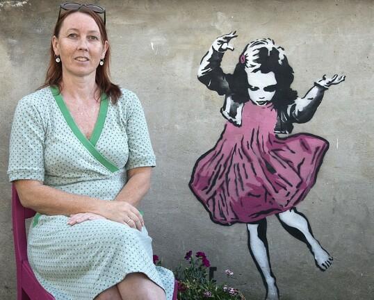 Tove Grimsby er reiselivsansvarlig og driver flere overnattingssteder på Utsira. Hun har vært en av pådriverne for kunstprosjektet som setter preg på den lille øya. Foto: Trond J. Hansen