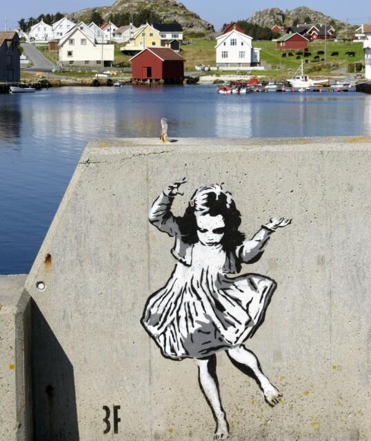 Den hoppende jenta ved havnen i Sørevågen er signert britiske 3F. Foto: Trond J. Hansen