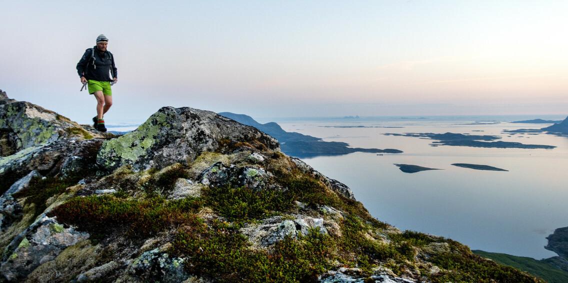 VAKKER NATUR: Landet vårt har mange vakre steder vi kan oppsøke også for de som kan tenke seg ut på tur alene. Her er Okstinden på Helgelandskysten med Træna og Hestmannen i bakgrunnen. Foto: Gorm Kallestad/NTB Scanpix