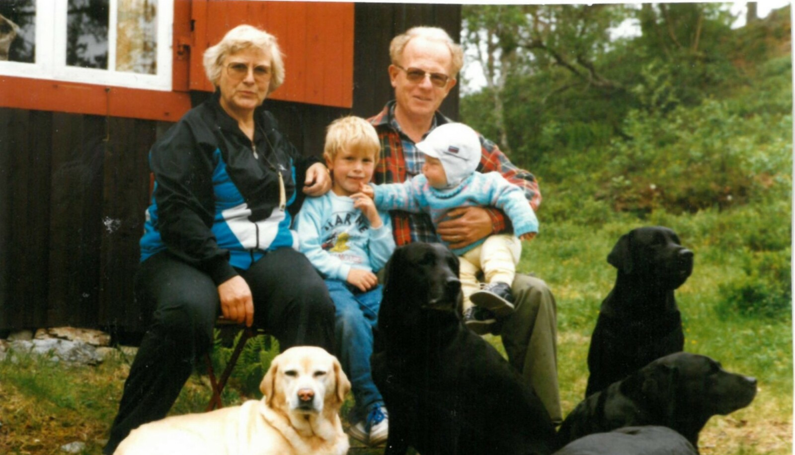Magnus Helgerud har skrevet boka Knytta til hytta, om nordmenns særegne hyttetradisjoner. Her er han som barn i sitt eget barndoms hytteparadis sammen med familien. Foto: Privat