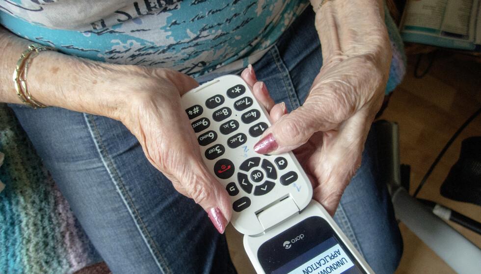 Den første telefonen sår frykt. Den andre inngir tillit. Eldre gir fra seg bank-info i desperasjon for å motvirke svindel. Foto: Gorm Kallestad/NTB Scanpix
