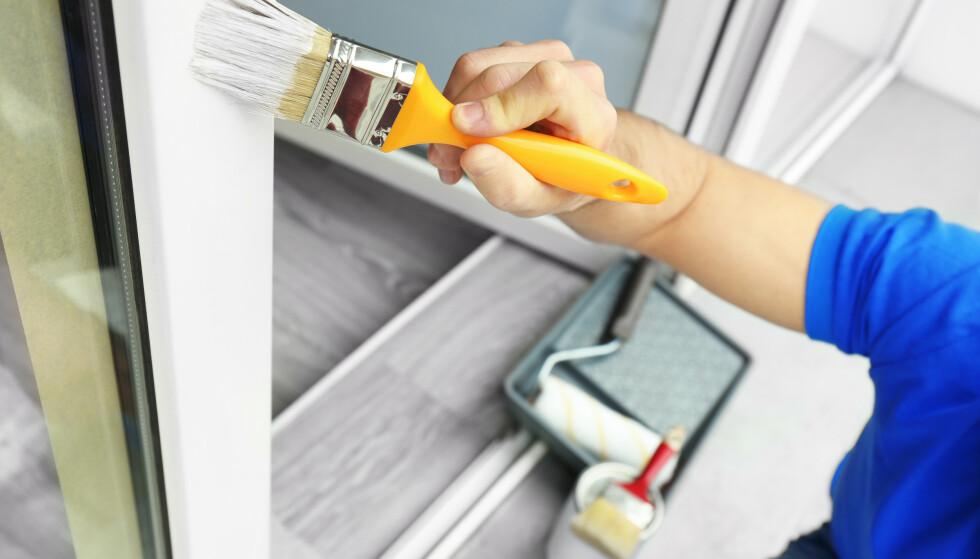 BRA INVESTERING: Å sørge for enkelt vedlikehold som å male er med på å opprettholde verdien av boligen. Foto: Shutterstock NTB Scanpix
