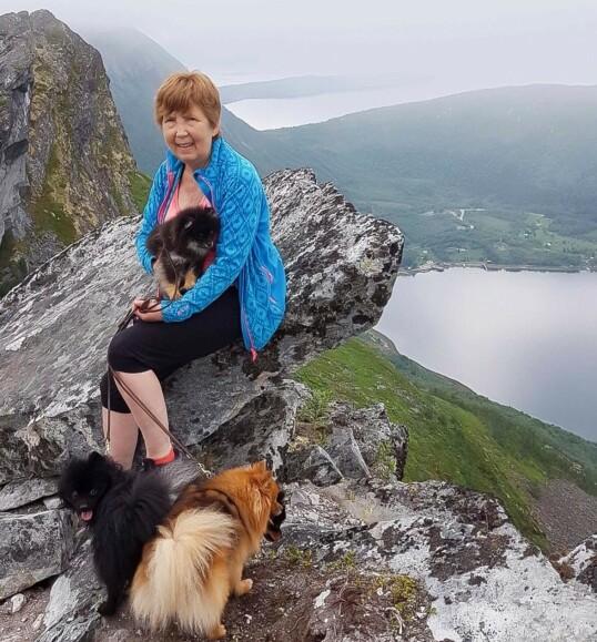 Venke Pedersen har bestandig vært aktiv i hundemiljøet og reiser mye rundt på hundeutstillinger. Hun går turer, og tre ganger i uken er det intervalltrening på helsestudio. – Jeg har vært ufattelig heldig, sier hun. Foto: Privat