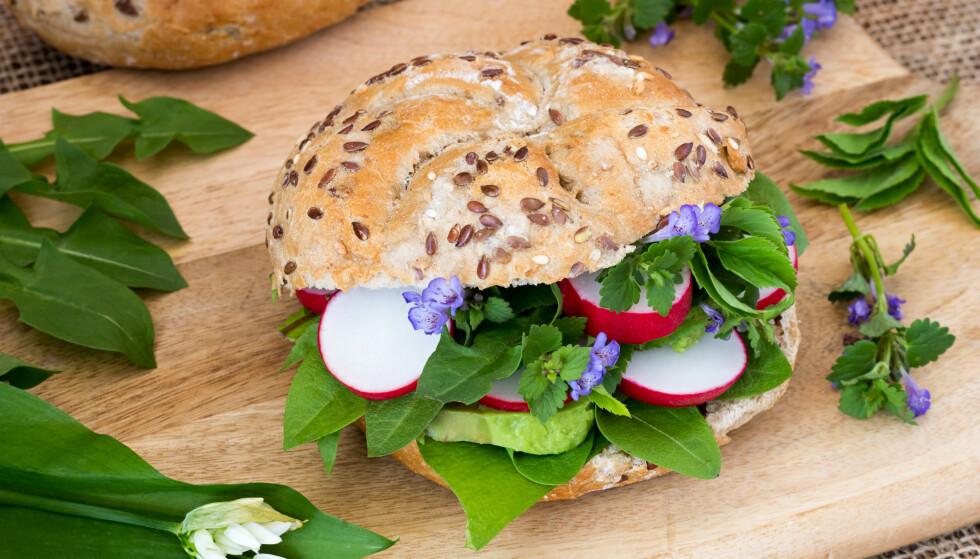 Bare løvetannblad eller bare skvallerkål smaker bare - grønt. Men blander du ugresset med andre vekster fra hagen eller grønnsakshyllen på butikken, kan du få smakfulle, lekre retter ut av det som irriterer deg. Hva med en lekker hagesandwich med avokado, reddik, skvallerkål og spiselige blomster? Foto: Shutterstock/NTB Scanpix