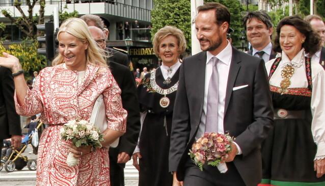 ORDFØREREN: Trude Drevland, iført bergensbunad og ordførerkjede, tar sammen med Åse Kleveland imot kronprinsparet under åpning av de 62. festspillene i Bergen. Foto: NTB Scanpix