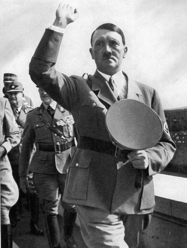 <strong>FØR KRIGEN:</strong> Adolf Hitler under Rikspartidagen i Nurnberg i 1935. Foto: REX NTB Scanpix