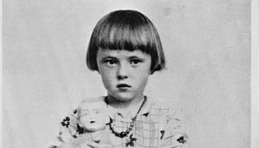 FUNNET I LIVE: Svanhild Hartvigsen forsvant en sommerdag i 1932. På kvelden ble hun funnet sovende på en berghylle 200 meter opp i fjellet. Klærne hennes var revet opp. Hovedteorien er at en havørn hadde snappet henne med seg. Her er hun fotografert kort tid etter hendelsen. Foto: Nicoline Benjaminsen /   Aktuell / Scanpix