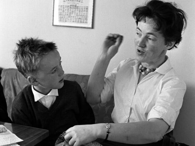 FORTALT VIDERE: Svanhild Hartvigsen forteller sin sønn Arild om hendelsen i 1932. Foto: Aage Storløkken / Aktuell / Scanpix