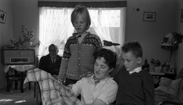 OPPREVET KJOLE: Svanhild Hartvigsen med kjolen hun hadde på seg dagen hun forsvant. Her forteller Hartvigsen barna Arild og Wenche om hendelsen. Foto: Aage Storløkken /Aktuell /Scanpix