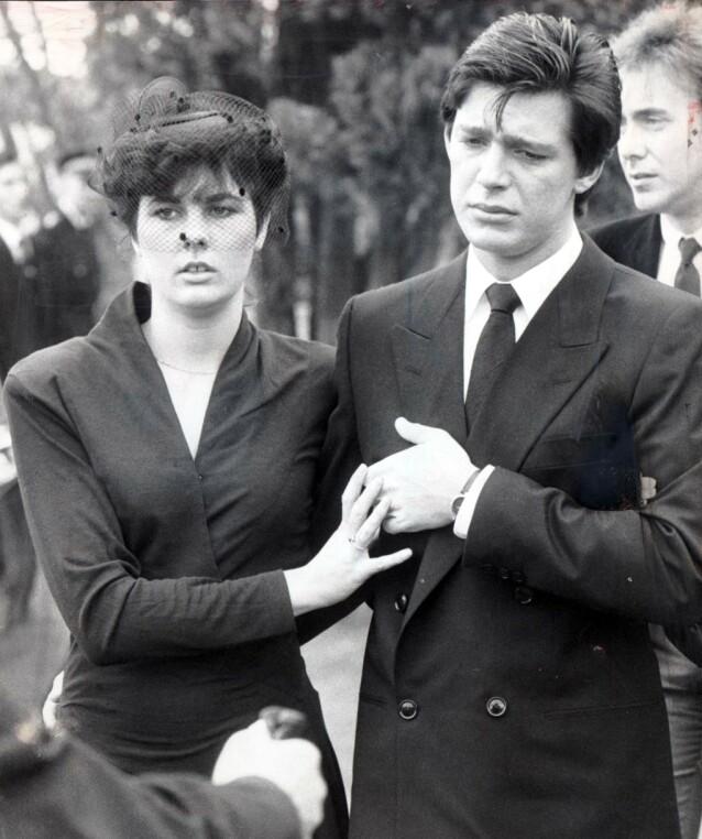 SØRGENDE? Jeremy Bamber sammen med kjæresten Julie Mugford under familiens begravelse. Bildene fra begravelsen viste en tilsynelatende sørgende Bamber. Foto: Daily Mail REX NTB Scanpix