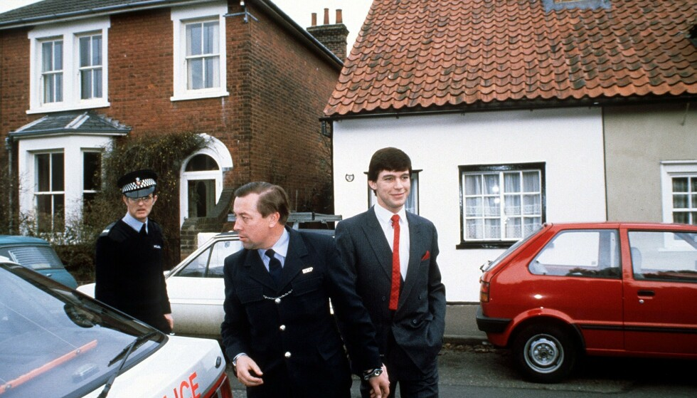 I HÅNDJERN: Jeremy Bamber forlater politistasjonen med håndjern i 1988. Foto: REX NTB Scanpix