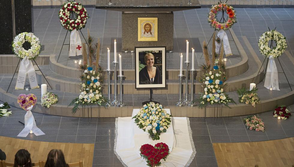 Sælen kirke i Fyllingsdalen i Bergen var fullsatt på Karolines minnegudstjeneste i slutten av mars i fjor. Først ni måneder etter kom levningene hennes hjem i en kiste. Foto: Marit Hommedal/NTB Scanpix