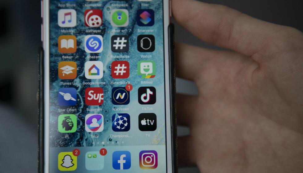 De fleste av oss er konstant pålogget, og har gitt diverse apper tilgang til mobiltelefonens mikrofon for at de i det hele tatt skal virke. Betyr det at appene kan «høre» hva vi sier, også når de ikke er i bruk? Foto: Ulf Nygaard/NTB Scanpix