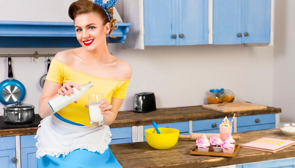 Historikeren tror ikke fortidens husmødre ville ha kjent seg igjen i dagens pin up-aktige, bakende husmortrend. Illustrasjonsfoto: Shutterstock/NTB Scanpix