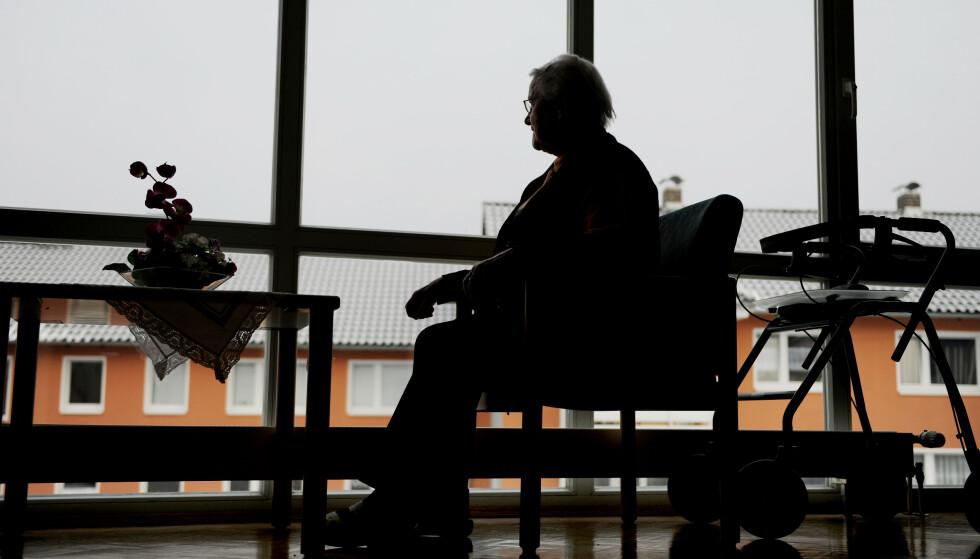 SÅRBARE: Coronapandemien har gått hardt ut over de eldste som trenger omsorg. For demente personer har det vært ekstra vanskelig. Sykepleiere er fortvilet over å ikke strekke til. Foto: Frank May/NTB Scanpix