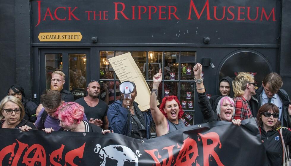 De kaller seg klassekrigere, og de demonstrerer mot gentrifisering av tidligere arbeiderstrøk i Øst-London. Da Jack the Ripper-museet åpnet, fikk de følge av kvinnesaksgrupper. Foto: Guy Bell/REX/NTB Scanpix
